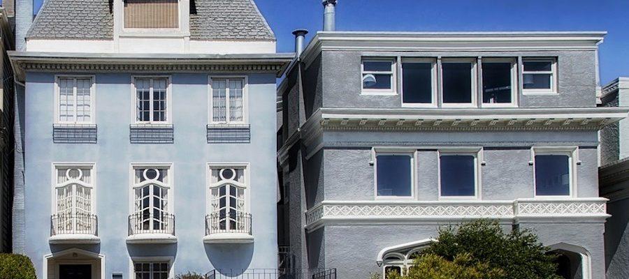 Belle maison avec un toit plat