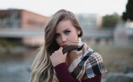 echarpe sur une belle blonde