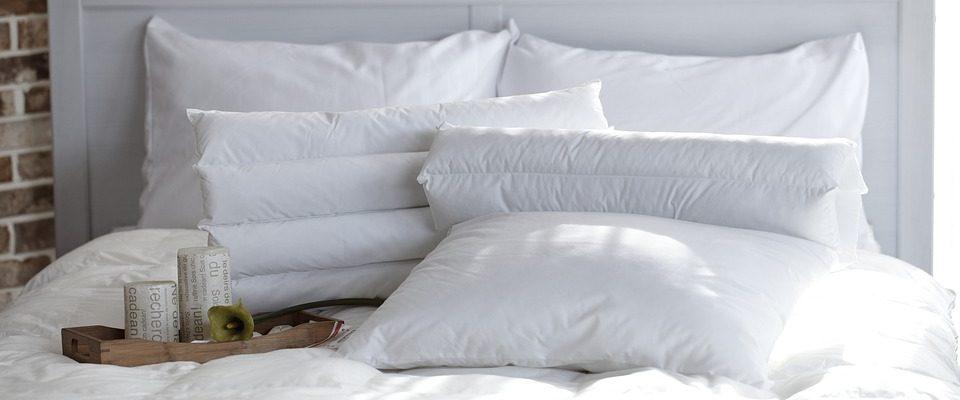 Lit avec des oreillers classiques