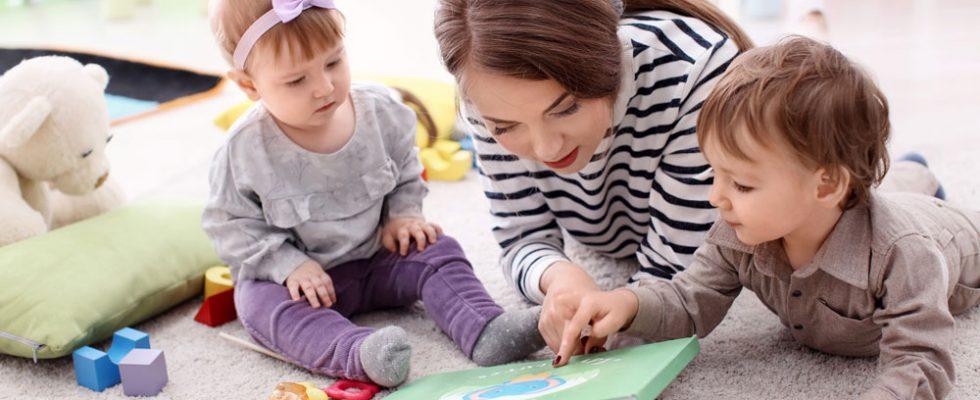 Nounou en pleine garde d'enfants
